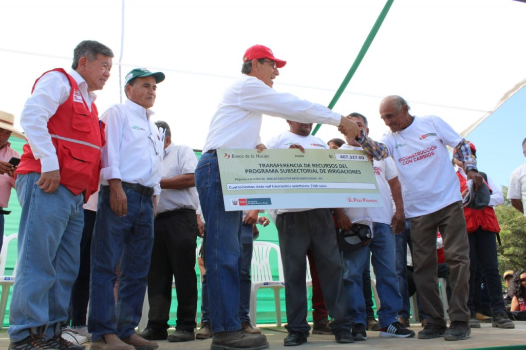 Presidente de la República, Ing. Martín Vizcarra Cornejo, entrega cheques simbólicos a los integrantes de los NER conformados.